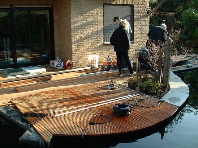bau einer terrasse direkt am teich koi. Black Bedroom Furniture Sets. Home Design Ideas